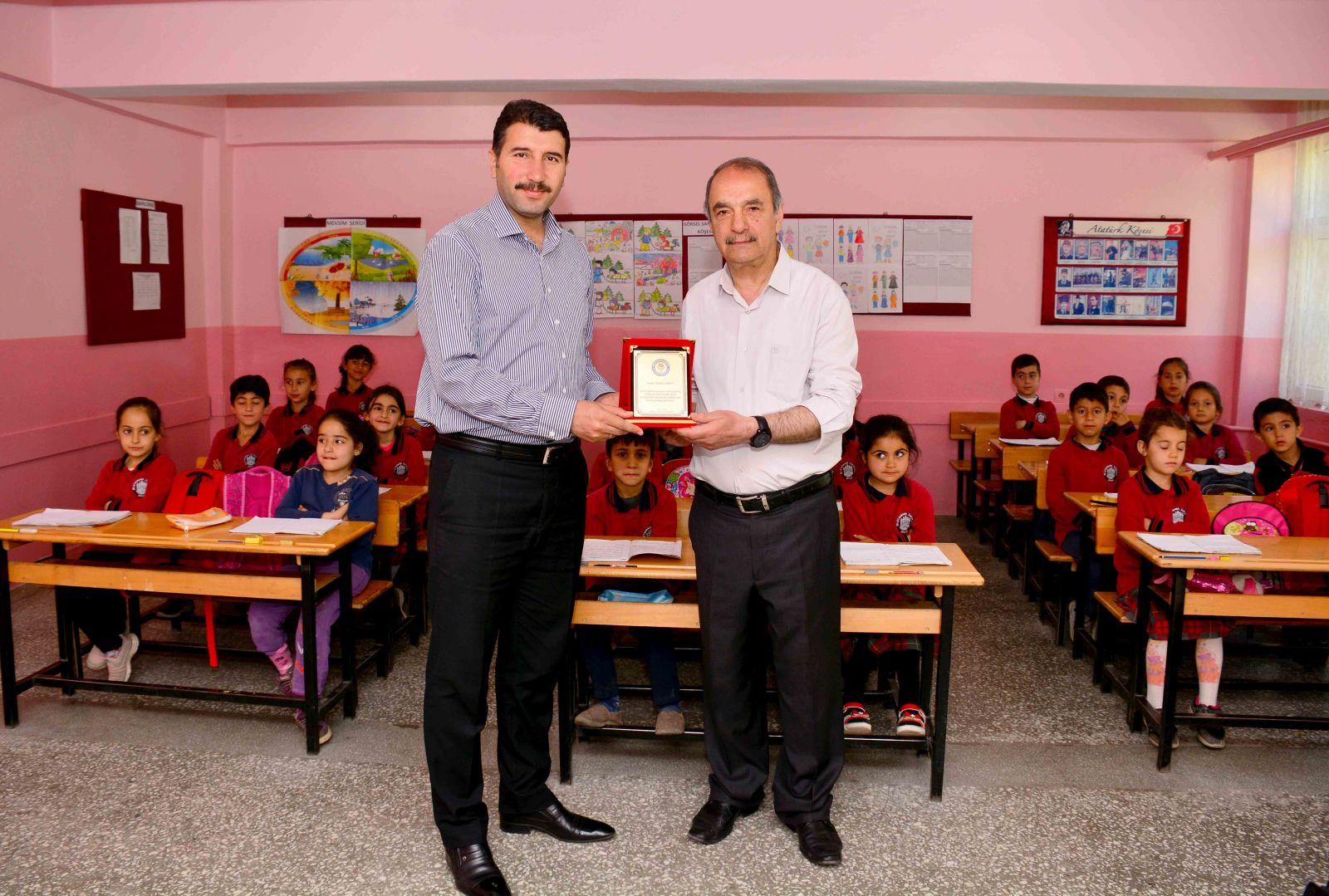 Eğitim-Bir-Sen'den Fedakar Öğretmene Plaket